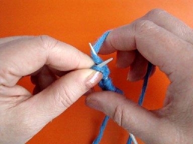 вязание лицевой петли, английский метод